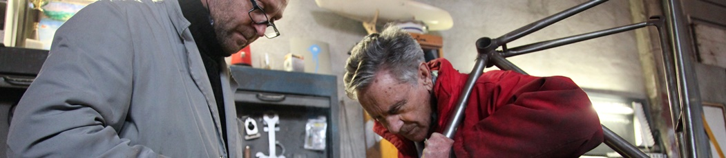 Domingo Perucha, un mecánico okupa en su propio taller